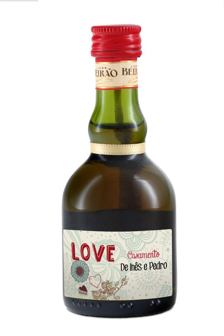 São 5 centilitros de Licor Beirão em garrafas miniaturas e com o contra-rótulo personalizado por ti!