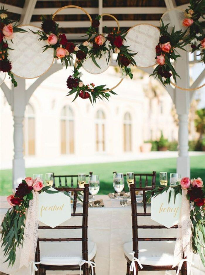 idee deco mariage champetre chic, des tambours à broder en dentelle,  guirlande de fleurs