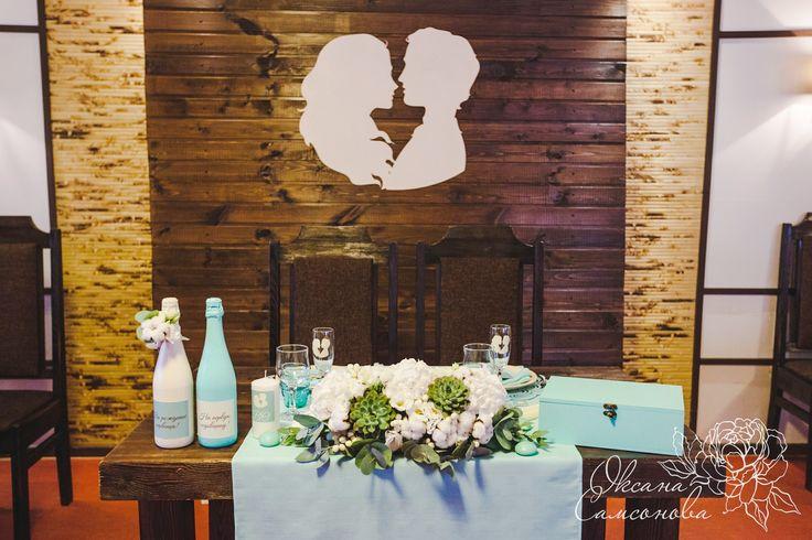 Оформление президиума/стола жениха и невесты. Фон из досок на свадьбе. Мятная свадьба