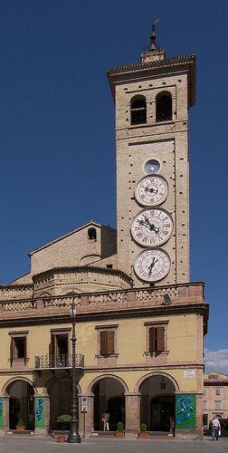 Il campanile di San Francesco visto da piazza della Libertà, Tolentino (Macerata) #TuscanyAgriturismoGiratola