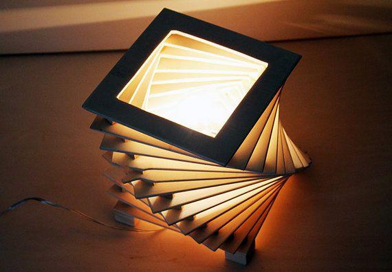 Lampada da tavolo in legno, forma giochi geometrici a spirale.