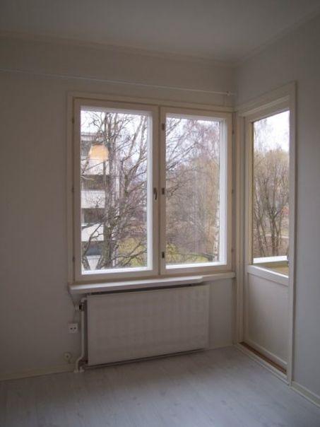 Oikealla ovi pienelle parvekkeelle, johon mahtuu pieni pöytä aamukahvittelulle