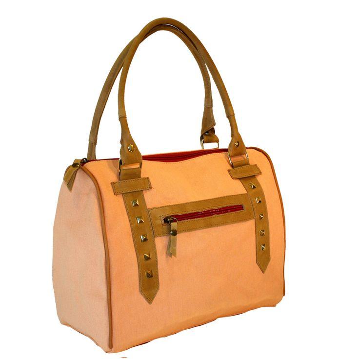 Baúl de loneta reforzada color durazno con manijas y detalles en cuero natural vacuno color suela.