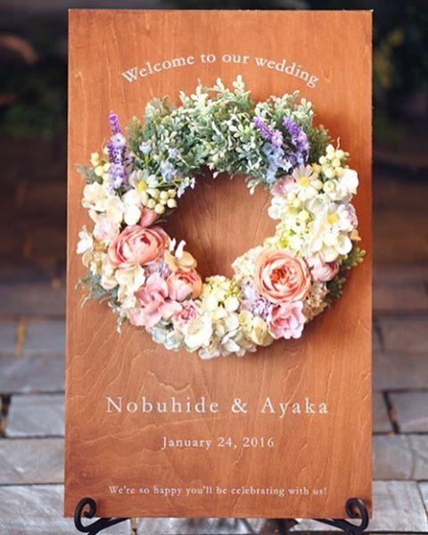 【オーダーメイド】 カラフルな色合いのミニリースが可愛らしいウッドウェルカムボード ラベンダー・デイジー・カスミソウなど、ナチュラルで可愛いお花をたくさん使っています  ボードのキャメル色とパステルカラーがとてもよく合っていますね♡ . #ウェディング#wedding#blidal#ブライダル#結婚式#結婚式準備#プレ花嫁#花嫁#ウェルカムスペース ##ウェルカムボード#リース#アーティフィシャルフラワー#造花#ハンドメイド#手作り#flower