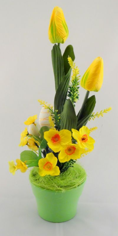 www.abgHomeArt.pl Ręcznie wykonany z dbałością o każdy szczegół wielkanocny stroik w zielonej ceramicznej osłonce z kwitnącymi tulipanami, żonkilami i kwiatuszkami w żółtej kolorystyce, udekorowane pisankami na piku.     Efektowna i radosna wielkanocna dekoracja, która pięknie przyozdobi stół, komodę, czy też kominek, a także wprowadzi powiew wiosny. Idealny do każdego wnętrza.