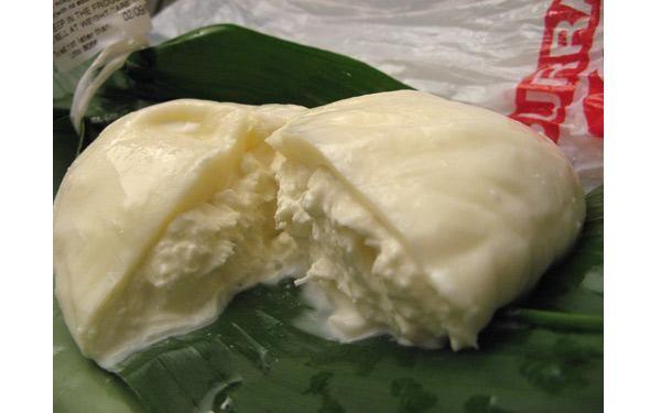 Burrata delle Murge - La Burrata si presenta con forma a pera e superficie liscia e lucida, di colore bianco. La consistenza è morbida e cremosa; il profumo ricorda quello della panna fresca; il sapore è delicato e dolce, con un eventuale fondo gradevolmente acidulo.