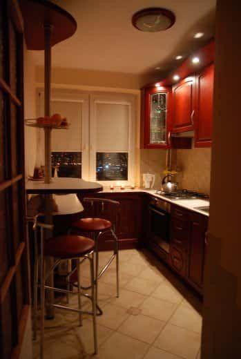 Длинная и узкая кухня - фото дизайна интерьера #длиннаякухня #узкаякухня #дизайнинтерьера #фотоинтерьеракухни #дизайнкухни
