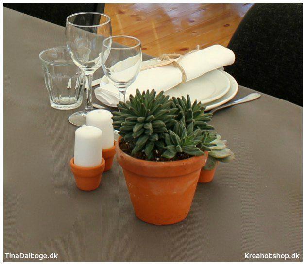 Ideer og inspiration til fester bordpynt og opdækning med planter og sukkulenter i terracottapotter #fest #fester #borddækning #konfirmation #italien #dug #servietter #bordpynt #bordkort