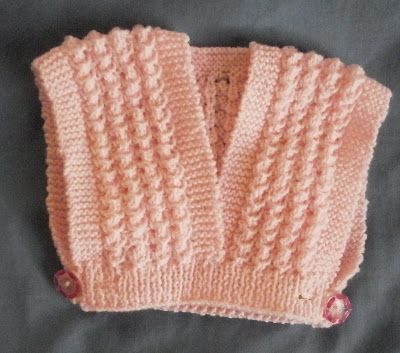 """Cet attendrissant cache-cœur est un modèle ancien, des années1970 environ, (catalogue Phildar layette n°79, tricoté avec de la laine """"prono..."""