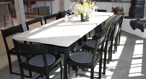 Ett middagsbord med plats för många personer. Dessutom relativt enkelt att göra och inte särskilt kostsamt.<br />Här kan du själv se hur du gör Ernsts snygga middagsbord.