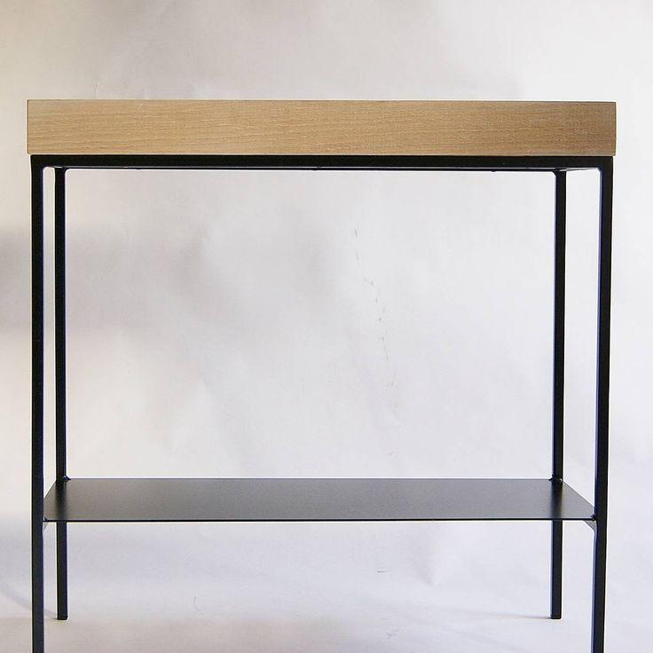 Konsola modernistyczna przyścienna – nasz kolejny mebel z linii produktów minimalistycznych idealnie łączy delikatną konstrukcję stalową z masywym dębowym blatem z litego drewna.  Nieproporcjonalne połączenie tych form jest domeną skandynawskiego wzornictwa przemysłowego.