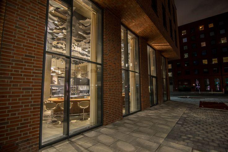 Gourmetrestaurant The Table Architektonisches Gesamtkonzept eines Drei-Sterne-Restaurants, Hamburg (2015), Adresse: Shanghaiallee 15, 20457 Hamburg Öffnungszeiten: Heute geöffnet · 19:00–00:00 Telefon: 040 22867422 Reservierungen: bookatable.de