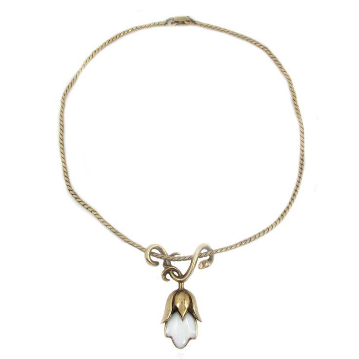 Vintage girocollo TRIFARI Il girocollo vintage della Trifari è stato fatto negli anni 1950. La collana è di colore oro, fatta come una catena con un pendente in vetro bianco a forma di fiore. Il suo disegno è brevettato dal suo inventore Alfred Philippe. La collana si chiude con un anello a molla. Condizione molto buona