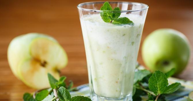Recette de Smoothie brûle-graisses pomme, concombre et menthe. Facile et rapide à réaliser, goûteuse et diététique.
