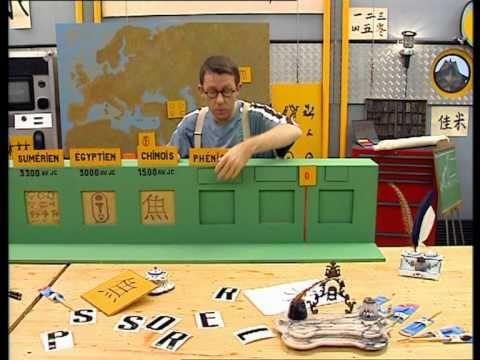 C'est pas sorcier - L'écriture de A à Z  Après nous avoir fait découvrir les écritures cunéiforme, chinoise et arabe, Fred nous emmène à l'Institut des Arts de l'Ecriture pour nous expliquer en quoi consiste l'art de la calligraphie. Nous le retrouvons ensuite dans une usine de stylos. Quand les premières formes d'écriture sont-elles apparues ? Qu'est-ce qu'un pictogramme ? Et un idéogramme ? Comment le premier alphabet a-t-il été conçu ? Comment stylo-plume et stylo à bille fonctionnent-ils…