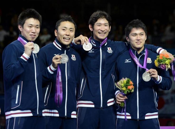 フェンシング男子フルーレ メダル手に笑顔の4人