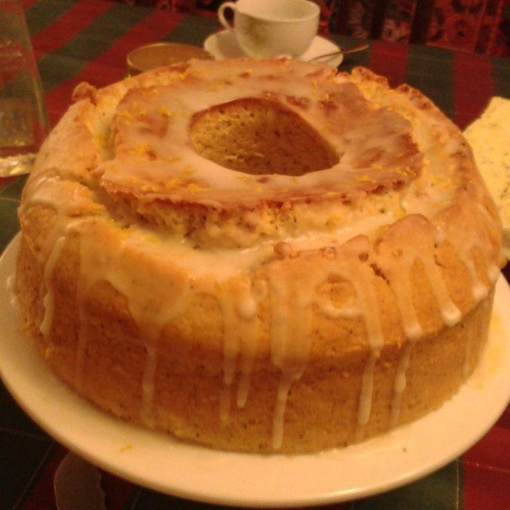 Lemon Cake   Exquisito y húmedo, dulce y cítrico...un favorito hecho con jugo de limón exprimido y semillas de amapola. Cubierto con un glace de limón y zeste de limon.   $8.000 por 12 porciones aproximadamente