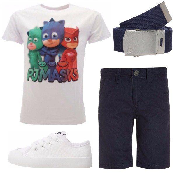 Un abbinamento 100% cotone con i SuperPigiamini, adorati dai più piccoli, protagonisti: campeggiano infatti sulla t-shirt bianca. Bianche sono anche le sneakers basse, mentre sia i pantaloncini, sia la cintura sono blu navy.