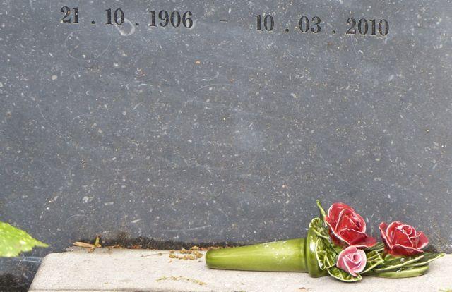 boeket rode rozen op de begraafplaats Eik en Duinen in Den Haag majolica keramiek