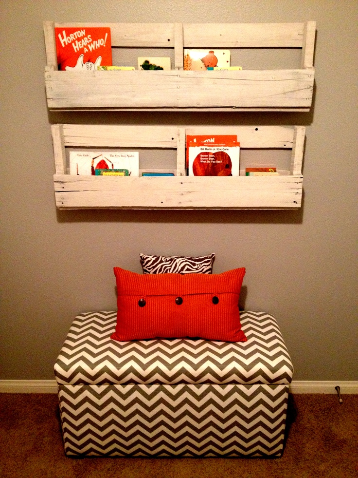 Wooden Pallet Book and Magazine Shelf...make closed in boxes hanging plants off deck rail
