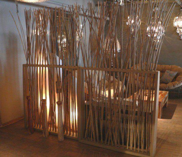 salon encadré par une cloison en bambou