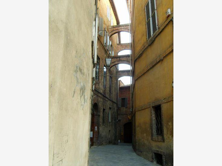На верхних этажах зданий видны переходы из одного дома в другой. Они в средневековье служили местом расположения лучников в боях на улицах города.
