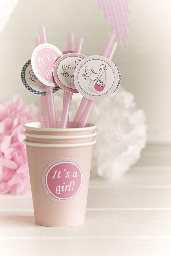 Pajitas y vaso decorados para un baby shower en rosas