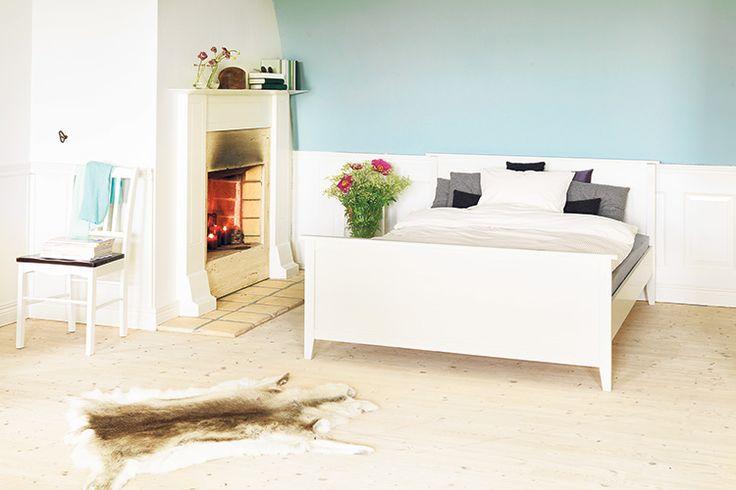 Un dormitor curat și relaxant, mobilat cu piese albe clasice din gama AULUM. Vezi mai multe propuneri de camere mobilate cu piese AULUM pe blogul JYSK!