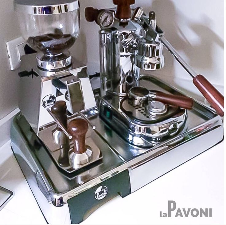 lapavoniespressoLa Pavoni Professional and La Pavoni Giottino grinder #lapavoni #lapavoniespresso #coffeecorner #lever #levermachine #iconic #espresso #grinder.   www.solino.gr