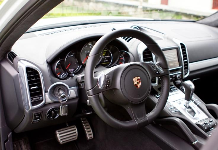 Los asientos deportivos GTS con ajuste de ocho posiciones proporcionan al conductor una sensación de asiento deportivamente bajo, típica del automovilismo deportivo, así como una excelente sujeción deportiva y un elevado confort. Incluyen ajuste longitudinal, de altura, inclinación del asiento y del respaldo.