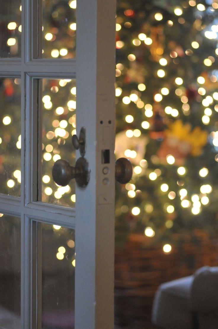 Ouvrir la porte vers le sapin décoré.