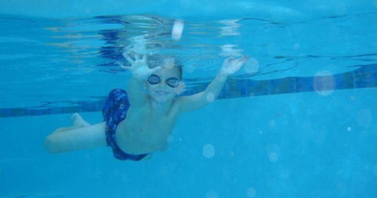 Lista de cosas para enseñar en las clases de natación. Las clases de natación son una experiencia importante y agradable de la vida que ayuda a aumentar la seguridad y la conciencia, mientras estás en el agua. Aunque dichas clases son más comunes en la infancia, las lecciones pueden ser tomadas por personas de todas las edades. Cuando se aprende a nadar, hay ciertas habilidades que deben ser enseñadas ...