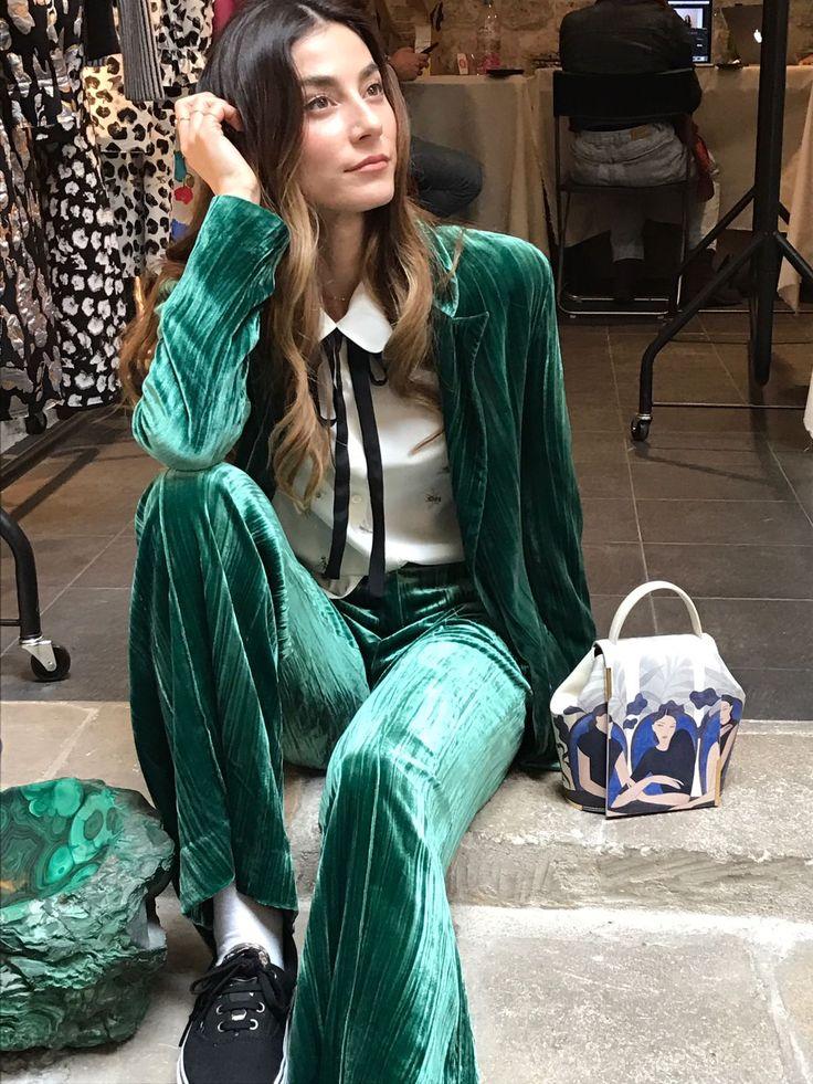 Ays Yuva green outfit wearing limited edition purse by Kelly Beeman. Conjunto verde de Ays Yuva con el bolso de edición limitada por Kelly Beeman #onesixonebag