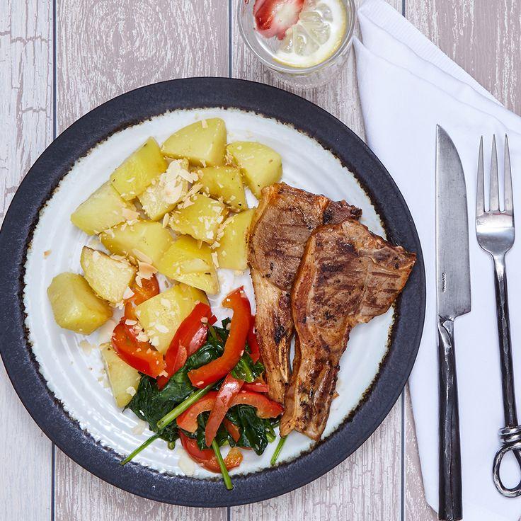 Heerlijk stukje lamskotelet met spinazie en aardappelen. De perfecte kleurrijke combinatie op jouw bord.  #chefali #food #healty   Bestel jouw box op: https://chefali.nl/