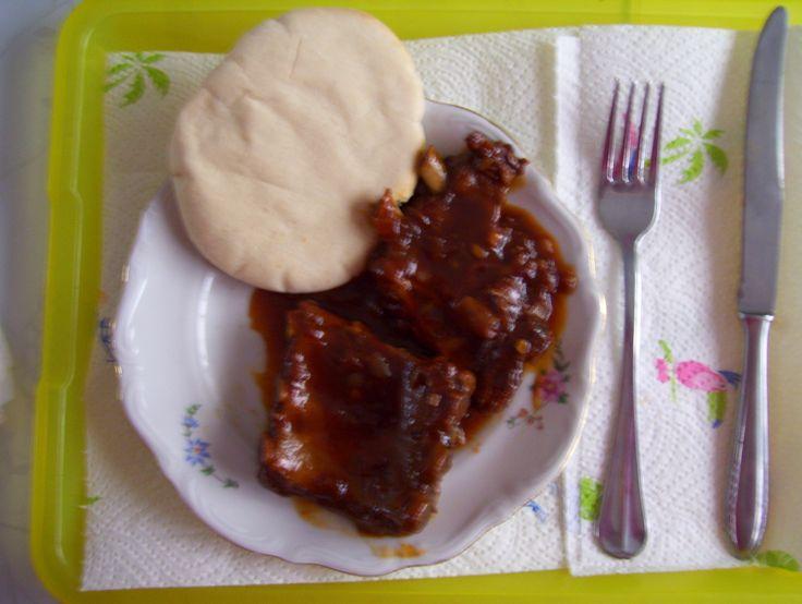 Ribbekes in BBQ saus met een pita broodje