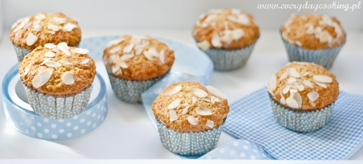 Almond muffins with dried apricot