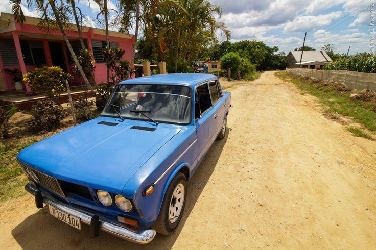 Em um velho Lada azul exploramos a região rural de Pinar del Río, passando por campos de tabaco usados na produção dos famosos charutos cubanos, reconhecidos mundialmente por sua excelência.