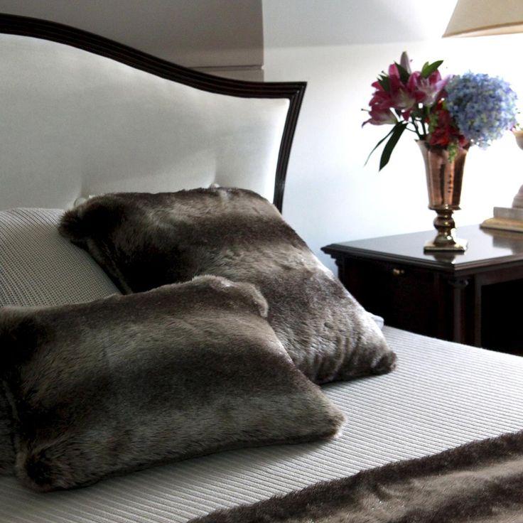 Macia, e quentinha a Manta de pele Siberia possui um forro com um toque delicado e suave que convida para o relaxamento e o descanso! Sua cor neutra e versátil a transforma na peça perfeita para adicionar charme para decorações dos mais variados estilos, desde as mais sofisticadas até as mais rústicas! Shop online> http://www.lolahome.com.br/manta-de-pele-siberia-712.aspx/p