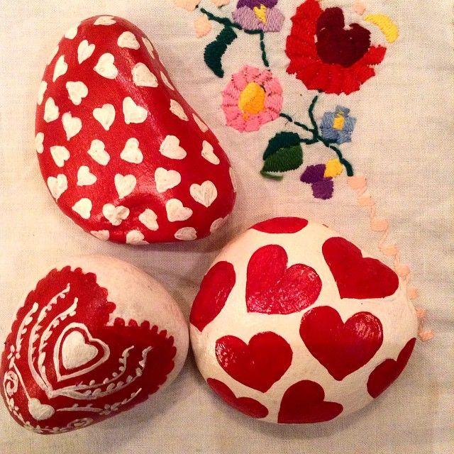 Instagram photo by @neseuremez (Neşe Üremez Atölyesi) | Iconosquare... Pretty heart painted rocks!