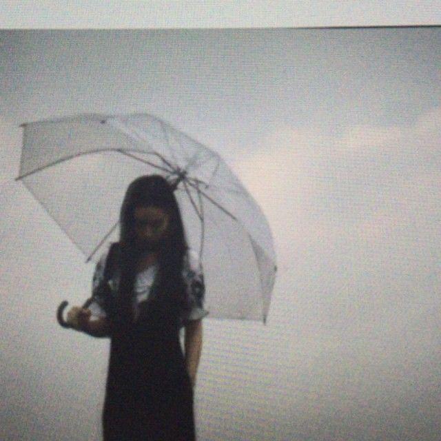 """""""A noi la pioggia ci fa girare... #stoprain #gif #umbrella #igerslovespring #donnevincenti #instavideo #blackandwhite #rain"""""""