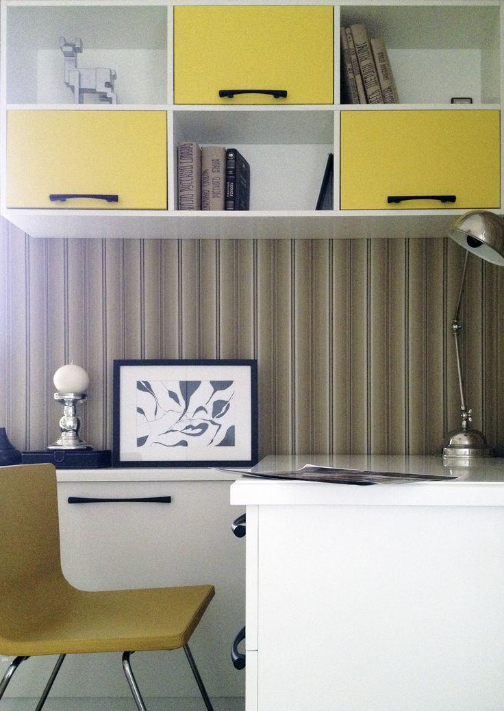 Детская комната старшего сына, стена с обоями в полоску и горчичного цвета стулом и полками шкафа, противоположная стена поклеена обоями с кораблями