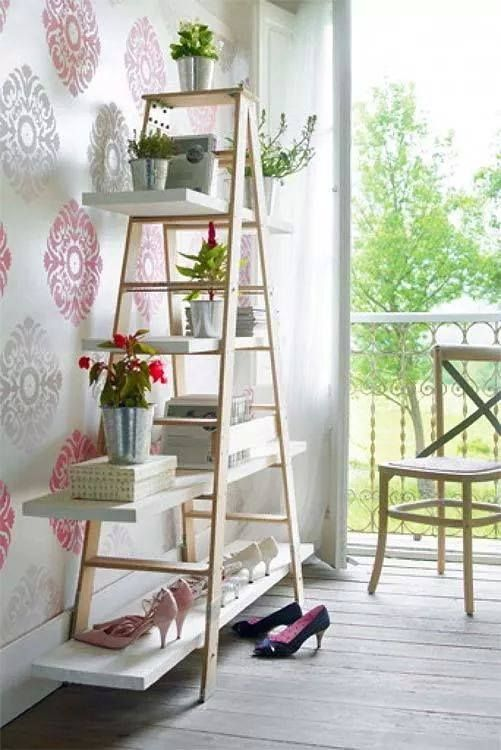 Como hacerlo? Fácil! Mira: 1- Agarra una escalera que no uses y pintala del color que te guste  2-Corta tablones de madera y también pintalos  3-Dale tu toque personal! ;)