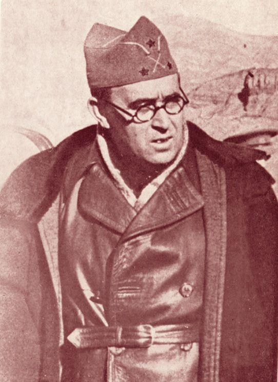 El teniente coronel Vicente Rojo, jefe del Estado Mayor de Miaja, con la laureada de Madrid, conseguida por la toma de Teruel.