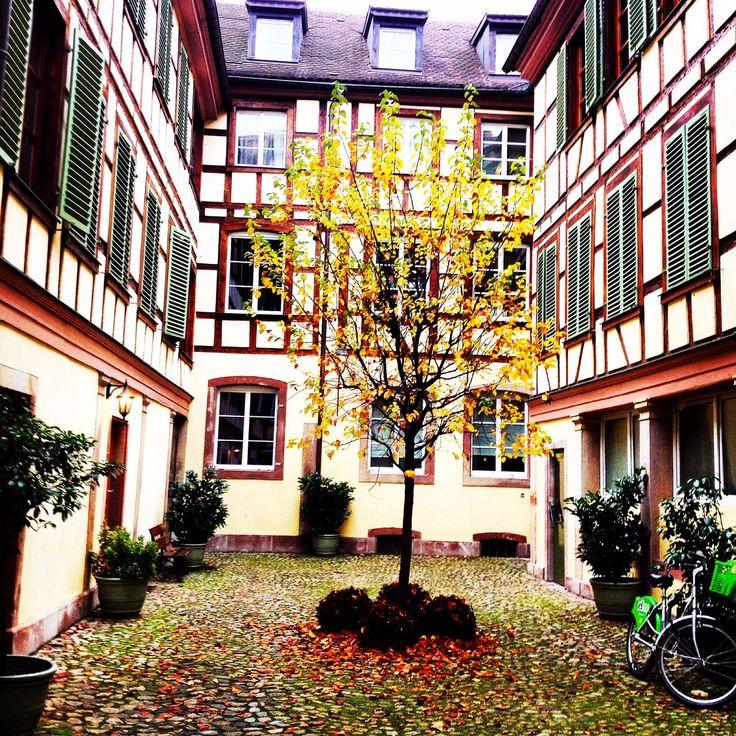 Une jolie cour intérieure - Rue des Bouchers - #Strasbourg #Alsace #krutenau