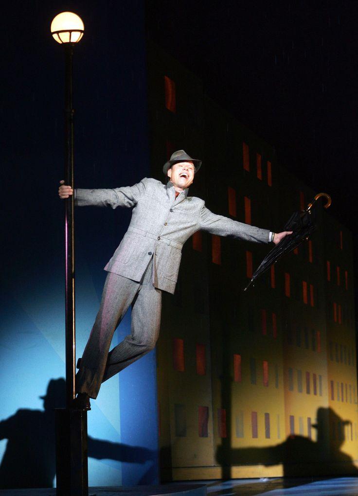 Cantant sota la pluja és un musical de Hollywood, estrenat el 1952. Fet seguint els esquemes clàssics de la Metro-Goldwyn-Mayer, té la seva inspiració en tota la sèrie de Melodies de Broadway que es van anar realitzant a Hollywood en els 30 i 40 , coincidint amb l'aparició del cinema sonor.