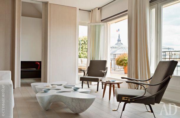 Дальняя часть гостиной. За раздвижными дверями находится телевизионная комната. Кресла Digamma спроектированы Игнасио Гарделлой в1957году иперевыпущены маркой Santa&Cole.
