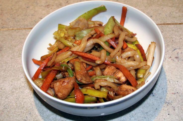 Yakiudon au poulet, poireaux et carottes