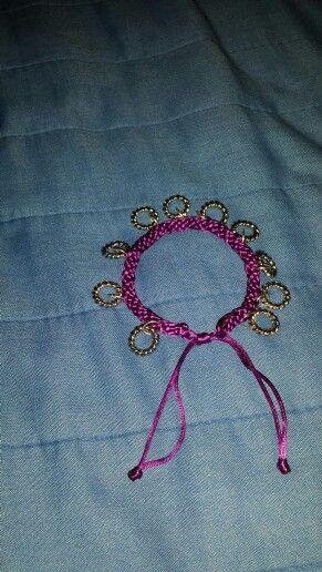 Bracciale con gli anelli fatto con il kumihimo (color viola)