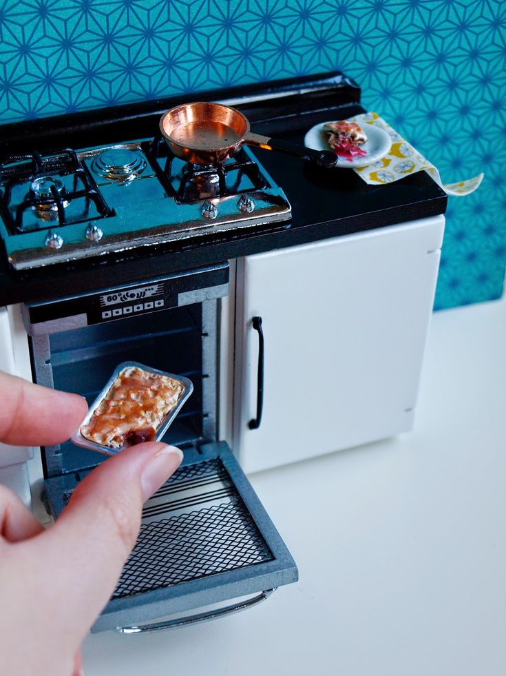 ninesdollspoupemunecas.blogspot.nl  Miniature kitchen stove/fridge