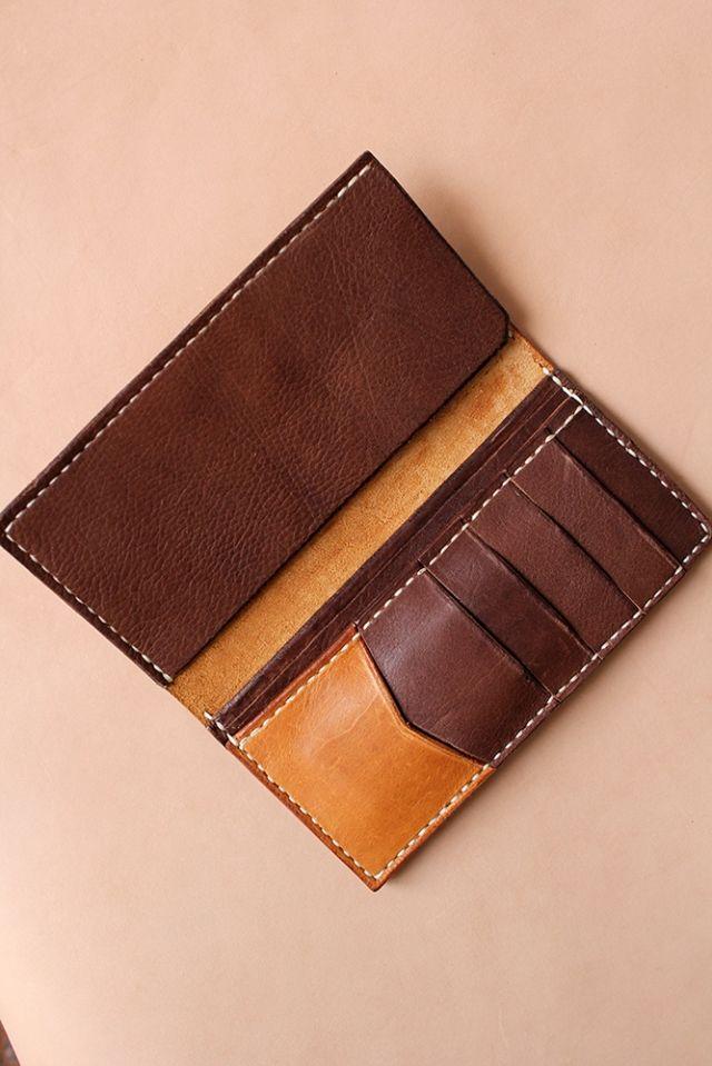 Detail: - Hand made - Kulit pull up yang diproduksi secara natural - Warna kombinasi havana tan dan dark brown - Memuat minimal 5 kartu dan kurang lebih 40 uang lembar dalam bentuk lipatan - 3 Slot utama dan 5 slot kartu - Hand burnish finishing